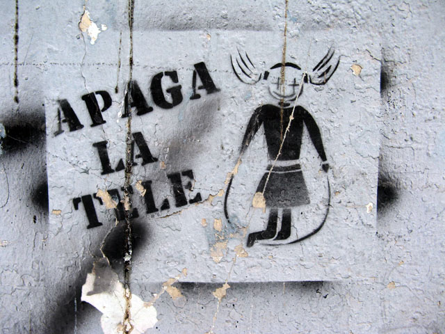 this is an image of a stencil that says: Apaga la tele (Turn off the TV)