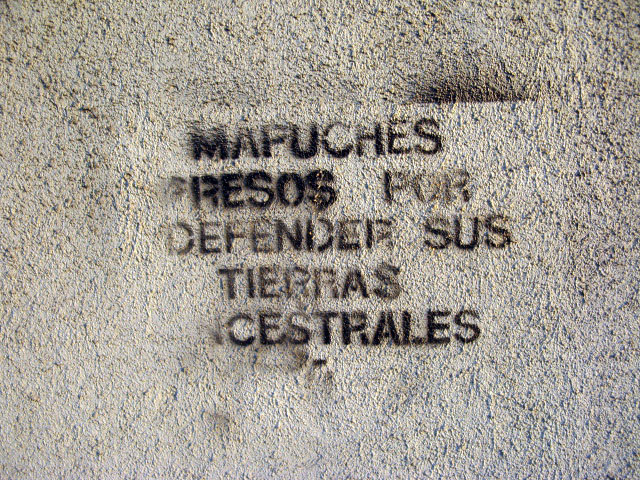 this is an image of a stencil that expresses: Mapuches presos por defender sus tierras ancestrales (Mapuche prisoners for defending their ancestral lands)
