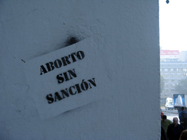 this is an image of a stencil expressing: Aborto sin sanción (Abortion without penalty)