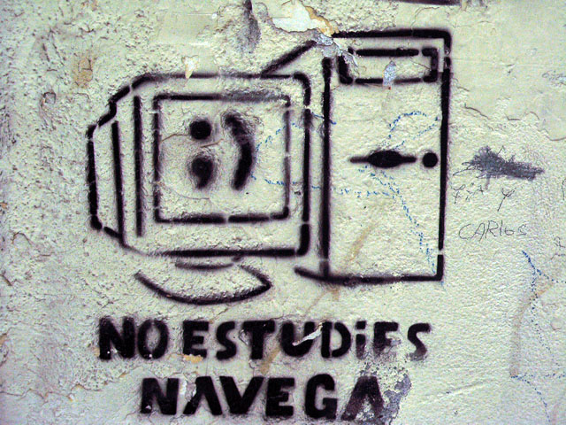 this is an image of a stencil expressing: No estudies, Navega (Don´t study, navigate)